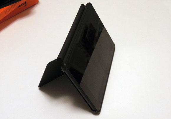 Amazon Fireタブレット8GBブラックを横に立てる