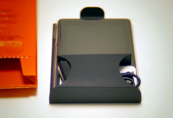 Amazon Fireタブレット8GBブラックを箱から取り出し